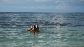 Padre e hija que juegan en el mar metrajes