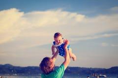 Padre e hija que juegan en la playa Foto de archivo libre de regalías