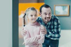 Padre e hija que miran pinturas en pasillos del museo Fotos de archivo