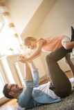 Padre e hija que pasan tiempo en casa Fotografía de archivo libre de regalías