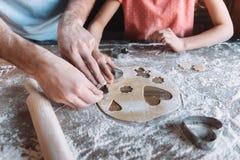 Padre e hija que preparan las galletas juntas, concepto del día de madres Fotografía de archivo