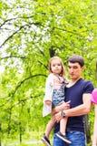 Padre e hija que se divierten junto, concepto del tiempo de la familia fotografía de archivo libre de regalías