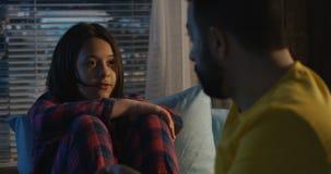 Padre e hija que tienen conversación seria metrajes