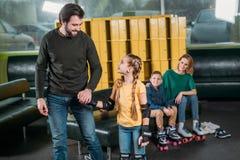 padre e hija que van en pista del rodillo a patinar foto de archivo libre de regalías