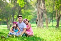 Padre e hijas en comida campestre Fotografía de archivo