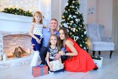 Padre e hijas que presentan para la foto de familia en estudio de la foto Fotografía de archivo