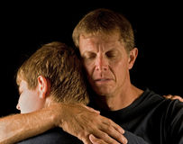 Padre e hijo, abrazo lloroso Imagen de archivo