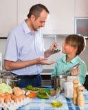 Padre e hijo adolescente que cocinan junto Fotos de archivo