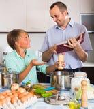 Padre e hijo adolescente que cocinan junto Fotos de archivo libres de regalías