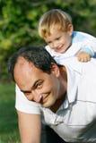 Padre e hijo al aire libre fotos de archivo