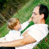 Padre e hijo al aire libre Foto de archivo