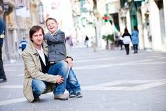 Padre e hijo al aire libre en ciudad Imágenes de archivo libres de regalías