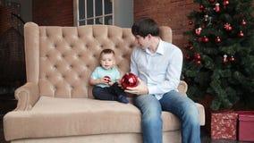 Padre e hijo cerca del árbol de navidad metrajes