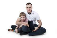 Padre e hijo con el ordenador. Imagenes de archivo