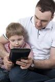 Padre e hijo con el ordenador. Fotos de archivo libres de regalías