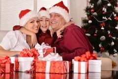 Padre e hijo de la madre cerca del árbol de navidad imagen de archivo