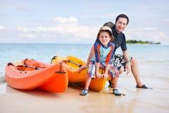Padre e hijo después de kayaking Imagenes de archivo