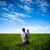 Padre e hijo en campo verde fotos de archivo