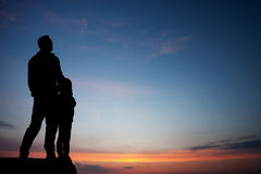 Padre e hijo en cielo de la puesta del sol Fotos de archivo libres de regalías