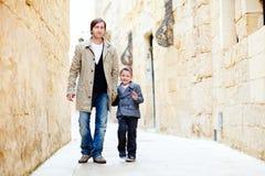 Padre e hijo en ciudad Imagenes de archivo