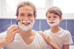 Padre e hijo en cuarto de baño Fotografía de archivo libre de regalías