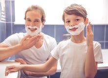 Padre e hijo en cuarto de baño Fotos de archivo libres de regalías