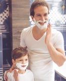 Padre e hijo en cuarto de baño Imagen de archivo libre de regalías