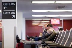 Padre e hijo en el aeropuerto Foto de archivo