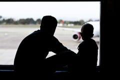 Padre e hijo en el aeropuerto Fotos de archivo