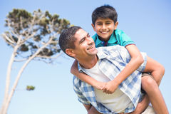 Padre e hijo en el campo Fotografía de archivo libre de regalías
