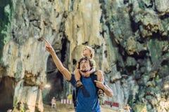 Padre e hijo en el fondo de las cuevas de Batu, cerca de Kuala Lumpu foto de archivo