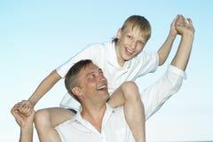 Padre e hijo en el fondo del cielo Foto de archivo libre de regalías