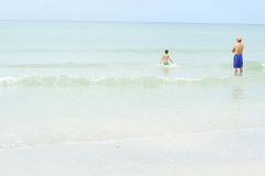 Padre e hijo en el océano Fotografía de archivo libre de regalías