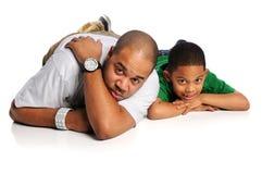Padre e hijo en el suelo blanco Imagen de archivo