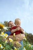 Padre e hijo en flores Fotos de archivo