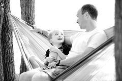 Padre e hijo en hamaca Imágenes de archivo libres de regalías