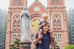 Padre e hijo en la catedral de Notre Dame de Saigon del fondo, imagenes de archivo