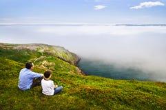 Padre e hijo en la colina de la señal Foto de archivo