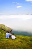 Padre e hijo en la colina de la señal imagen de archivo libre de regalías