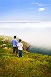 Padre e hijo en la colina de la señal Imágenes de archivo libres de regalías