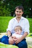 Padre e hijo en la familia feliz de la naturaleza Imagen de archivo