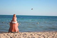 Padre e hijo en la playa fotos de archivo libres de regalías