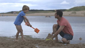 Padre e hijo en la playa almacen de metraje de vídeo