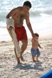 Padre e hijo en la playa Foto de archivo