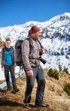 Padre e hijo en las montañas Fotos de archivo libres de regalías