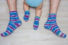 Padre e hijo en los mismos calcetines hechos punto Imagen de archivo libre de regalías
