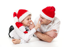 Padre e hijo en los sombreros de Papá Noel imagen de archivo