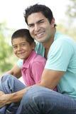 Padre e hijo en parque Imágenes de archivo libres de regalías