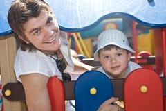 Padre e hijo felices de la familia en parque. Fotografía de archivo