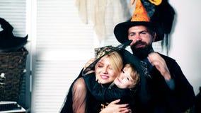 Padre e hijo felices de la madre de la familia en trajes en una celebración de Halloween Concepto de la celebración de Halloween  metrajes